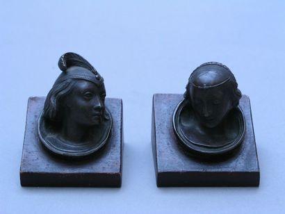 PAIRE DE PETITES TETES troubadour en bronze...