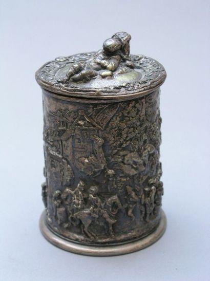POT A TABAC couvert en métal de forme cylindrique...
