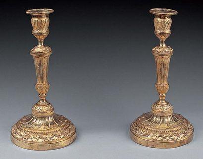 PAIRE DE FLAMBEAUX en bronze ciselé et doré,...