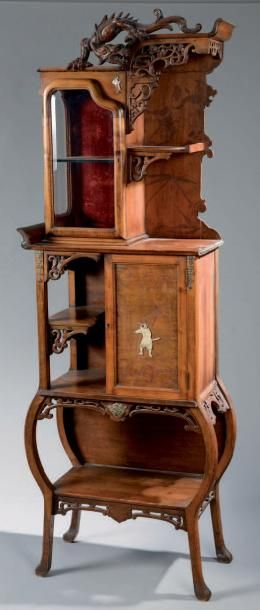 Petite VITRINE en bois exotique sculpté d'un...