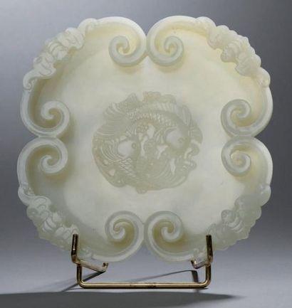 Grande COUPE en jade blanc. Le pourtour formé...