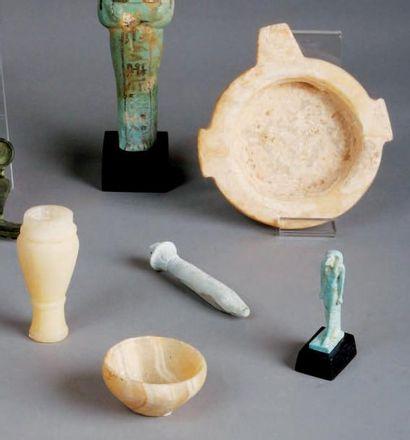 TROISVASES en albâtre égyptien. Un vase Hes...