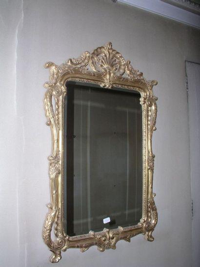 Miroir en bois redoré à décor de coquille...