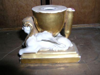 Bougeoir en porcelaine à décor de sphinx....