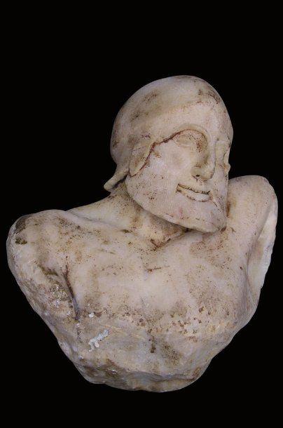 TÊTE DE SOLDAT athénien en marbre blanc portant...