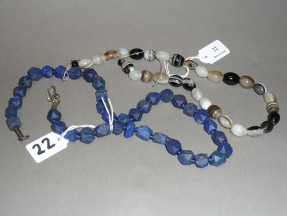 Lot: Un COLLIER composé de perles en prismes...