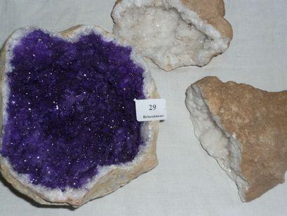 Lot: Une GÉODE de cristaux de quartz. Une...