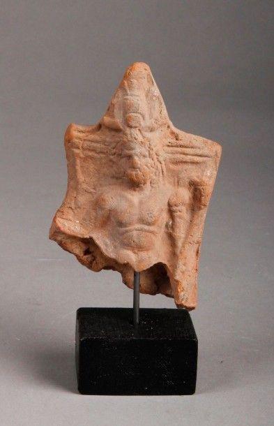 Fragment d'une statuette en terre cuite représentant...