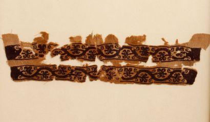 Tissu copte à deux bandes parallèles ornées...
