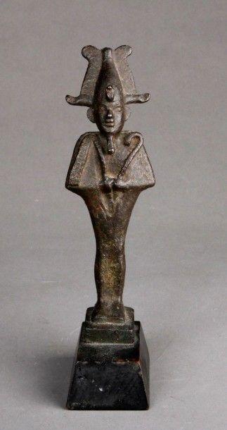 Osiris debout paré de ses attributs en bronze...