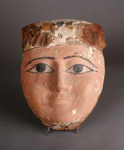 Important masque de sarcophage en bois stuqué...