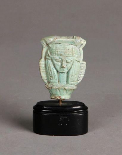 Tête de sistre Hathorique en faïence émaillée...