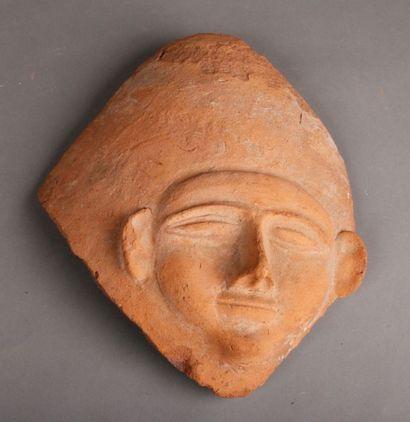 Masque de sarcophage en terre cuite rouge...