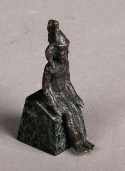 Harpocrate assis en bronze à patine verte....