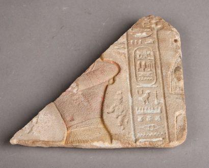 Fragment de bas-relief en grès à décor de...