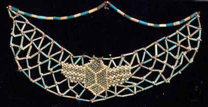 Collier pectoral composé de fines perles...