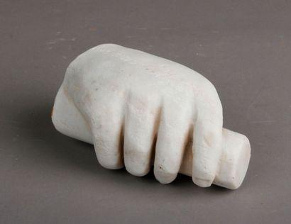 Main en marbre blanc de style grec. L. 14...