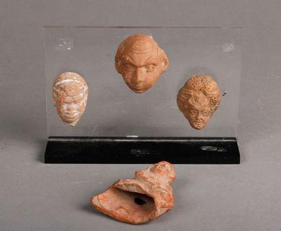 Lot composé de trois têtes en terre cuite...