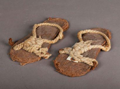 Rare paire de sandales façonnée de corde...