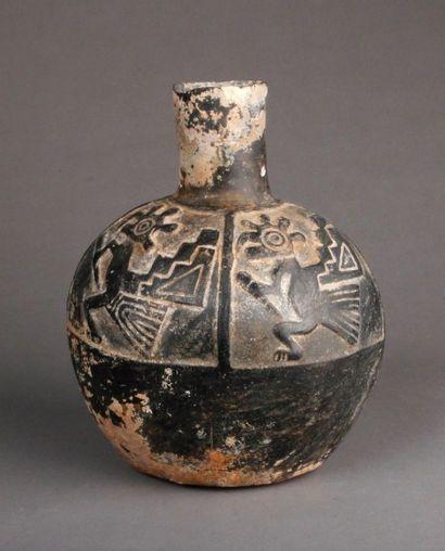 Vase chimu sphérique en terre cuite noire,...