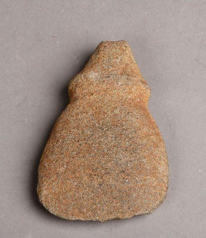 Idole hache Taino en pierre grise en forme...