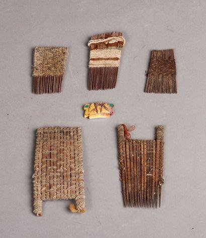 cinq peignes Inca. On y joint une amulette...