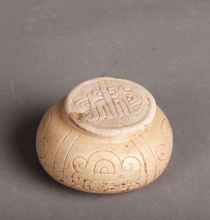 Vase et son couvercle en pierre jaune incisé...