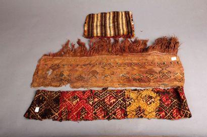 Deux bandeaux ornementaux de poncho à décor...
