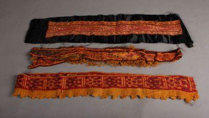 Trois bandeaux ornementaux de poncho à décor...