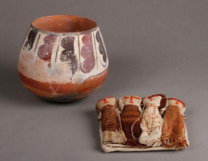 Vase en terre cuite rouge décoré de fruits...