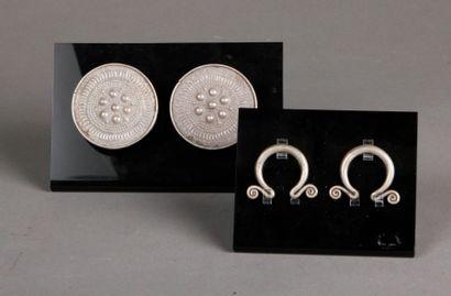 Deux paires de boucles d'oreille en argent...