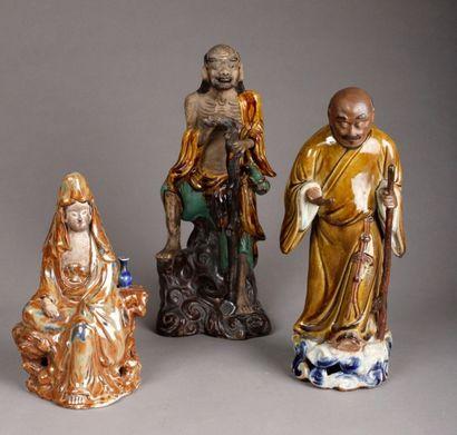 Lot: Une Guan-Yin, H. 26 cm. Un sage, H....