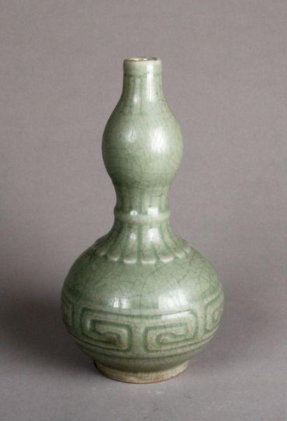 Vase balustre en céladon vert faïencé à motifs...