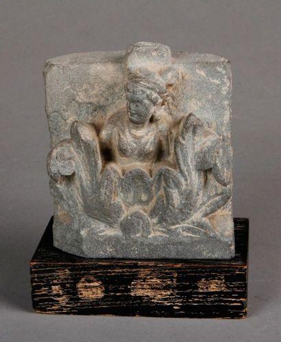 Relief en schiste gris du Gandhara représentant...