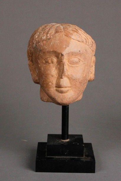 Tête féminine d'Asparaen en pierre rosée....