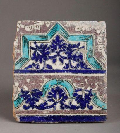 Grand carreau en céramique orné sur deux...