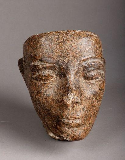 Tête en pierre gris moucheté de style égyptien....