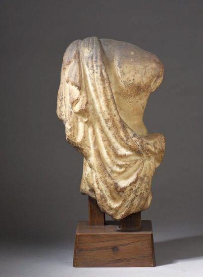 TORSE d'adolescent acéphale en léger contrapposto en marbre blanc. Un drapé est...
