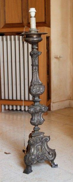 Pique-cierge en métal repoussé de forme balustre...