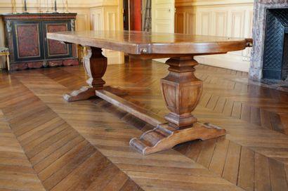 Grande table à deux allonges à bouts arrondis...