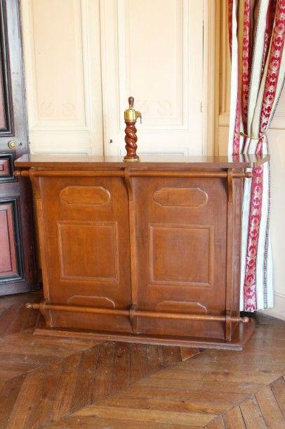 Bar en bois stratifié teinté. (Accidents)...
