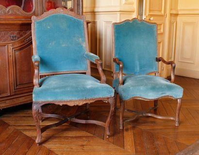 Deux fauteuils en bois naturel, posant sur...