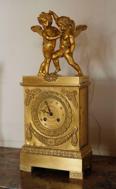 Pendule borne en bronze doré surmontée de...