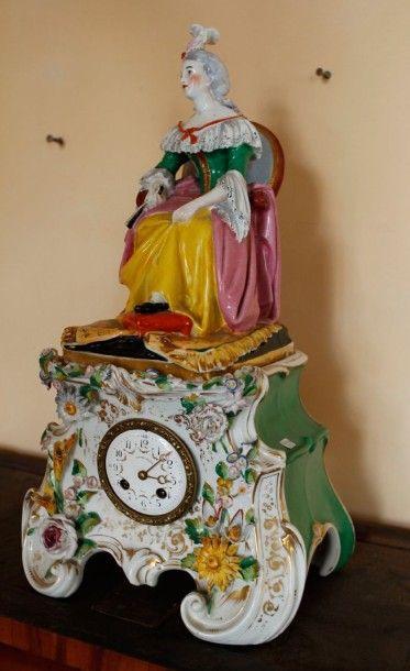 Pendule en porcelaine émaillée surmontée...