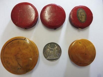 5 ETUIS à médaille dont 2 en bois et 3 en...