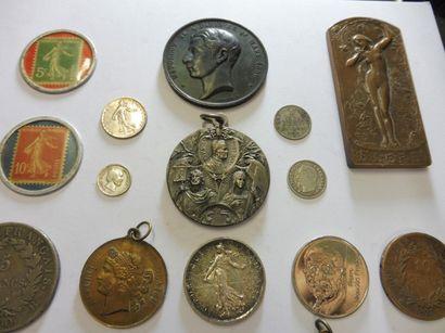 COFFRET TIRELIRE Contenant 36 monnaie et...