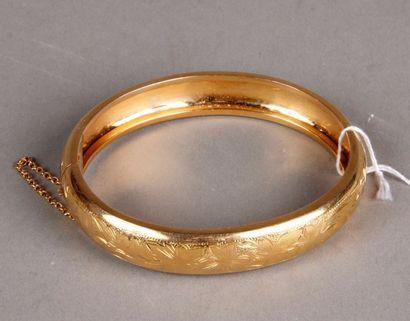 Bracelet rigide en or jaune à décor ciselé...