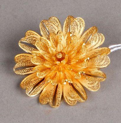 Broche fleur en or jaune repercé Pds. 10...
