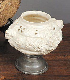Vase pot-pourri en faïence fine dans le...