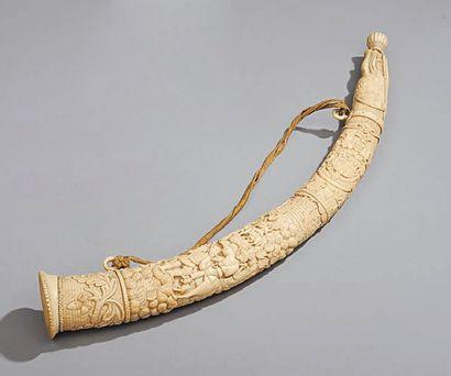 Olifant en ivoire sculpté à décor d'une...